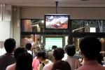 Das japanische Volk vor einer Bildschirmpräsentation